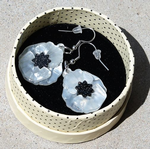 morpeth antique centre hunter valley erstwilder necklace brooch earrings a fuller bloom flower collection poppy field white peace remembrance collectable pin up retro