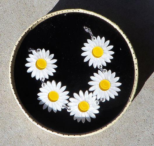 morpeth antique centre hunter valley she loves me daisy flower chain
